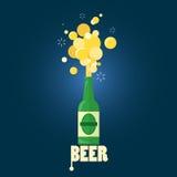 Bier, das von der Flasche mit Text strömt Stockfoto
