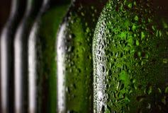 Bier in de fles Close-up Dalingen van water op een gekoelde bierfles Concept: St Patrick ` s Dag, Oktoberfest, Beieren, Duitsland Stock Foto's