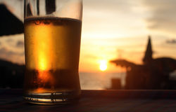 Bier in de zonsondergang Royalty-vrije Stock Afbeeldingen