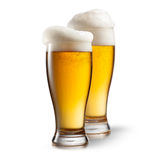 Bier in den Gläsern lokalisiert auf Weiß lizenzfreie stockbilder