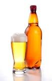 Bier in der Plastikflasche und im Glas auf einem Weiß Lizenzfreies Stockbild