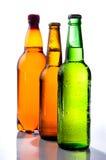 Bier in der Plastikflasche und in zwei Glasflaschen Stockbild