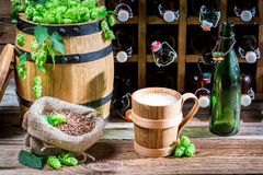 Bier diente in einem hölzernen Becher im Keller Stockfotografie