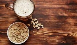 Bier in een mok en een snack stock foto's