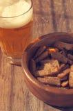 Bier in einem Glas und in einem Korncrouton Bier und Snack zum Bier Stockbild