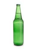 Bier in einer grünen Flasche auf einem weißen Hintergrund Lizenzfreies Stockbild