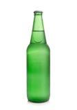 Bier in einer grünen Flasche auf einem weißen Hintergrund Lizenzfreie Stockfotos