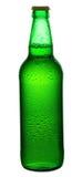 Bier in einer grünen Flasche lokalisiert Lizenzfreie Stockfotografie