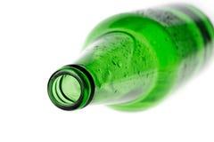 Bier in einer grünen Flasche lokalisiert auf einem weißen Hintergrund Lizenzfreie Stockfotos