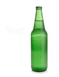 Bier in einer grünen Flasche lokalisiert auf einem weißen Hintergrund Lizenzfreie Stockfotografie