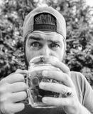 Bier en aalconcept Doof van de de mensengreep van dorsthipster brutaal gebaard de mok koud vers bier Het ambachtbier is jong, ste royalty-vrije stock afbeelding
