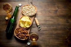 Bier en diverse snacks in de kommen stock foto