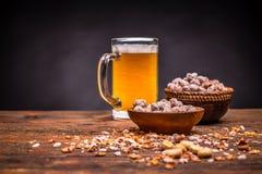 Bier en geroosterde pinda's Stock Fotografie