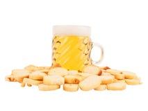 Bier en gezouten crackers Stock Fotografie