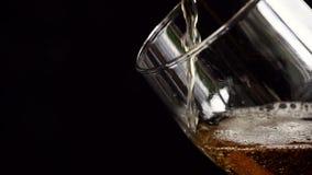Bier en glas stock footage