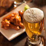 Bier en kippen de vleugels sluiten omhoog Stock Afbeeldingen