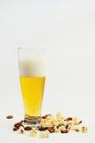 Bier en munchies stock foto's