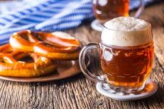 Bier en Oktoberfest-van het Ontwerpbier pretzel en blauw geruit tafelkleed als traditionele producten voor Beiers het meest oktob stock afbeeldingen