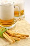 Bier en snack stock afbeelding