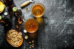 Bier en snacks in de kommen royalty-vrije stock afbeeldingen