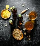 Bier en snacks in de kommen royalty-vrije stock foto's