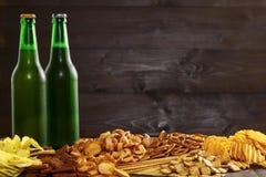 Bier en snacks op een houten lijst royalty-vrije stock afbeelding