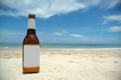 Bier en strand (spatie) stock fotografie