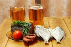Bier en vissen op lijst Stock Foto's