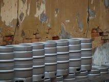 Bier-Fässer gestapelt für Wochenenden-Spaß Lizenzfreie Stockfotos