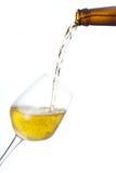 Bier gießen innen ein Glas. Lizenzfreie Stockfotos