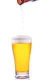 Bier gießt in Glas Lizenzfreie Stockbilder