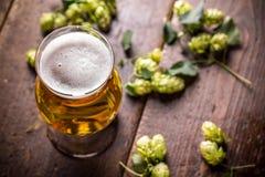 Bier in Glas Stockfotografie