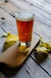 Bier in Glas Stockbild