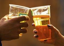 Bier in glazen stock afbeelding