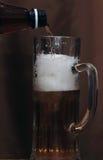 Bier goss in ein Glas Stockfotos