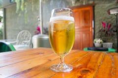 Bier het drinken in handig, maar zeer vaak aan schuld stock foto