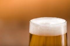 Bier im Glas auf hölzerner Tabelle Stockfoto
