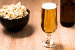 Bier im Glas auf hölzerner Tabelle Lizenzfreie Stockbilder