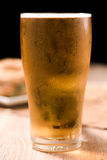 Bier im Glas auf schwarzem Hintergrund Stockbild