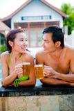 Bier im Pool Stockbilder