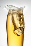 Bier met ijs. Plons met dalingen Royalty-vrije Stock Foto's