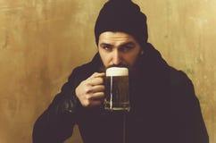 Bier met schuim in glas bij het gebaarde mens drinken royalty-vrije stock foto's