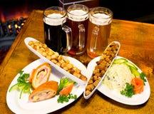Bier met snack stock fotografie