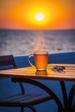Bier mit bokeh im Meer Stockfoto
