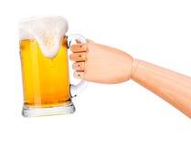 Bier mit der hölzernen Hand, die Toast macht Lizenzfreie Stockbilder