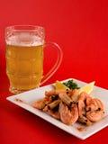 Bier mit Garnelen Lizenzfreies Stockfoto