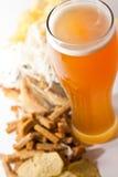 Bier mit Imbiß Stockfoto