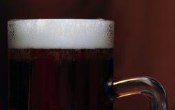 Bier mit Schaum Stockfoto