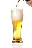 Bier mit Schaumgummi in das Glas getrennt auf Weiß lizenzfreies stockfoto