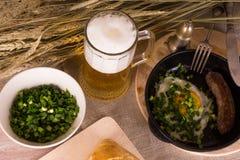Bier mit Spiegeleiern Lizenzfreies Stockbild